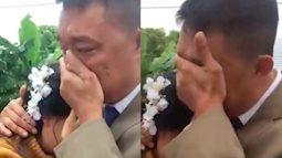 Xúc động khoảnh khắc bố khóc tiễn con gái đi lấy chồng