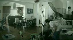 Xem camera theo dõi, mẹ bàng hoàng và bất lực vì phát hiện con bị giúp việc đánh đập