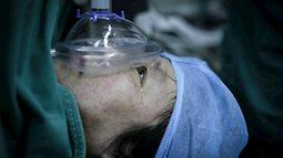 Bà mẹ 48 tuổi bị liệt bất chấp tính mạng đẻ sinh đôi