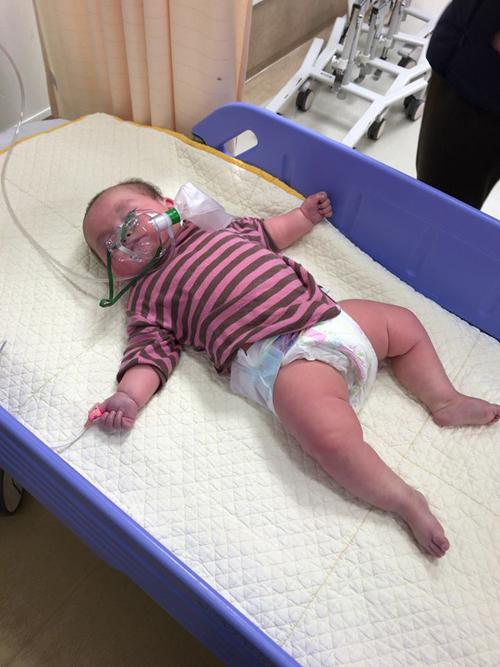 Bé Ken được đưa vào viện cấp cứu trong tình trạng khó thở, người tím tái. Ảnh: NVCC.