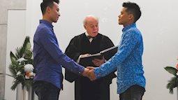 John Huy Trần ngọt ngào hôn bạn trai trong lễ thành hôn ở Canada