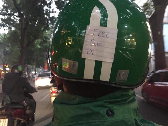 Chàng tài xế GrabBike khiến dân mạng phát sốt vì dòng chữ siêu đáng yêu phía sau mũ bảo hiểm - Ảnh 3.