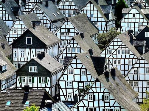 Những ngôi nhà này là nhà bán gỗ, một nửa làm từ gỗ, nửa còn lại là các vật liệu khác. Chúng được xây dựng với kích thước tương tự nhau, tường nhà quét vôi trắng và mái nhà được lợp gỗ.
