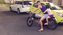 Thích thú với hình ảnh bố Công Vinh lái xe máy chở con gái Bánh Gạo đi dạo