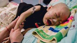 Bé trai 2 tuổi khóc ngặt đau đớn vì bị mẹ bỏ rơi trong lúc đang mang trong mình căn bệnh ung thư gan