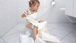 Tranh cãi gay gắt chuyện ông bố đưa con gái vào nhà vệ sinh nam