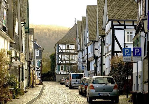 Phần lớn các ngôi nhà này có niên đại từ thế kỷ 17, khi thành phố xảy ra một trận hỏa hoạn. Lúc đó, nhiều ngôi nhà bị lửa thiêu hủy và người dân đã xây lại chúng.
