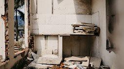 """Bên trong khu tập thể """"đất vàng"""" giữa Hà Nội: Hoang tàn lạnh lẽo, chứa đầy rác thải sau thời gian bị lãng quên"""
