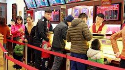Nhiều em nhỏ chen chân xếp hàng cùng bố mẹ đi mua vàng trong ngày Vía Thần tài