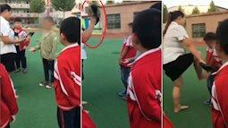 Nữ giáo viên dùng giày cao gót đánh và thẳng chân đạp vào người học sinh