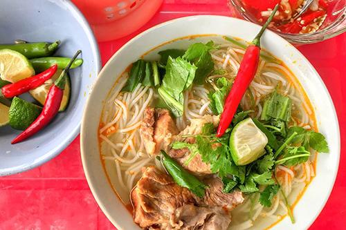 Bún giòThoạt nhìn, món ăn  khá giống với bún bò Huế nhưng hương vị lại có phần không đậm đà bằng.  Một tô bún chỉ gồm bún tươi, giò heo, thịt miếng và rau ăn kèm. Nước lèo  được nấu từ xương nên trong và thơm. Món ăn được lòng nhiều khách vì dễ  ăn. Một tô bún có giá từ 30.000 đồng. Ảnh: Pakawat Liwpattanapichit.
