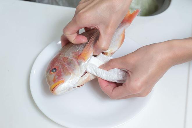 Thêm những công dụng hay ho của khăn giấy trong nhà bếp - Ảnh 2.