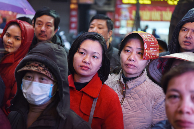 Nhiều người Hà Nội đội mưa rét xếp hàng mua vàng từ 4h sáng