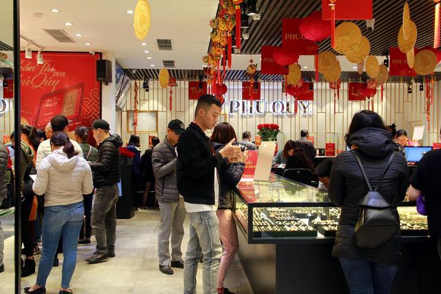 Mọi nhân viên đều được huy động cho lễ hội mua sắm vàng bạc lớn nhất trong năm