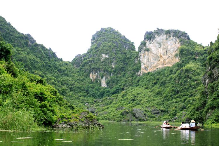 Đi thuyền thưởng ngoạn phong cảnh hồ Quan Sơn