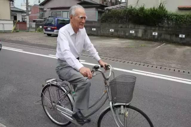 Cụ ông 90 ngày nào cũng đạp xe đi chợ cho vợ, khi biết danh tính, ai nấy đều khâm phục - Ảnh 2.