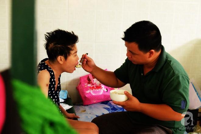 Vì tình yêu, người đàn ông tự tay chăm sóc vợ hờ mang bệnh hiểm nghèo chảy máu vùng kín, thương con vợ như con mình - Ảnh 1.