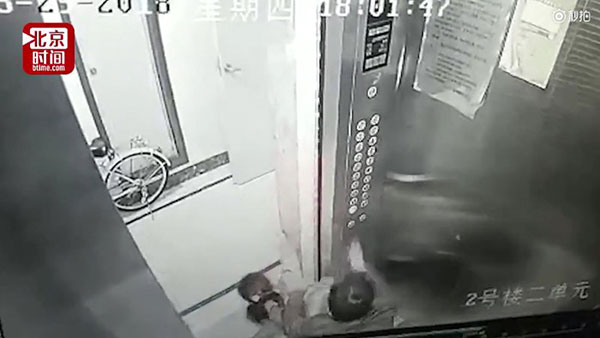 Yêu râu xanh cưỡng hôn hai bé gái trong thang máy - 1