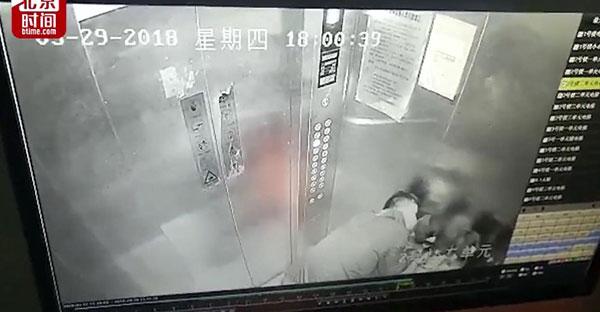 Yêu râu xanh cưỡng hôn hai bé gái trong thang máy