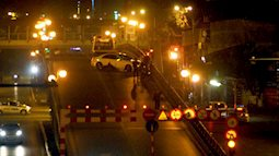 Mercedes tông nát xe máy trên cầu vượt Thái Hà