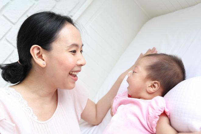 12 trò chơi thú vị kích thích sự phát triển của bé trong năm đầu đời - Ảnh 1.