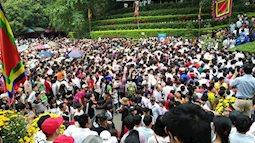 Clip: Biển người đổ về Đền Hùng dù chưa chính hội, từ bãi xe lên đền kín đặc người