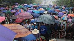 Cụ già, trẻ nhỏ cùng cả ngàn người đội mưa vào dâng hương tại Đền Hùng