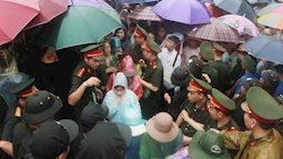 Hàng vạn người dân che ô, đội mưa đi khai hội Đền Hùng