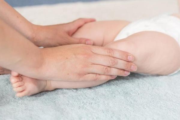 Nắn chỉnh chân tay quá sớm trẻ gặp khó khăn khi vận động, khung xương bị hạn chế phát triển. (Ảnh minh họa)