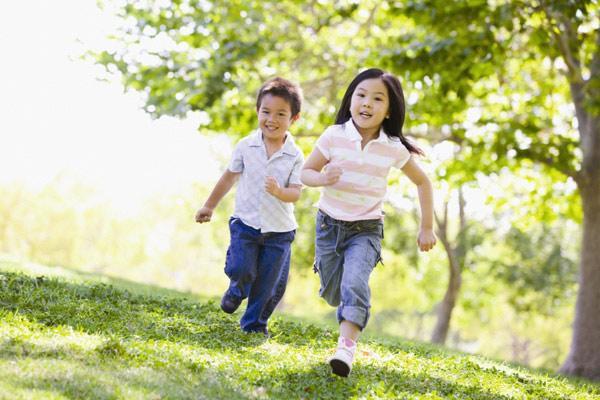 Giữ bé trong nhà, ít vận động cũng là sai lầm ảnh hưởng tới sức khỏe và vấn đề cải thiện chiều cao ở trẻ nhỏ. (Ảnh minh họa)