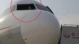 Máy bay Trung Quốc hạ cánh khẩn cấp vì vỡ kính chắn gió buồng lái