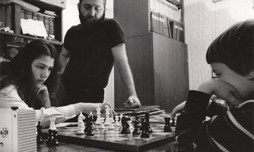 Polgar cho các con gái tập luyện cờ vua và đào tạo chuyên sâu khi các con mới chỉ 4,5 tuổi. Ảnh: Chessdailynews.
