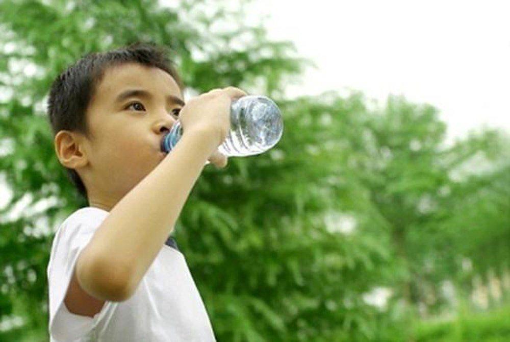 Trẻ em luôn cần được bổ sung đủ nước trong ngày hè nắng nóng