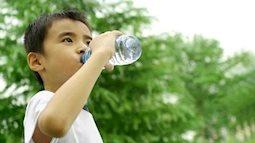 Làm gì để trẻ không bị cảm hoặc bị sốc nhiệt khi phải đưa ra đường lúc trời nắng nóng