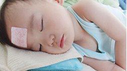 Trẻ sốt cao vào mùa hè nắng nóng, cha mẹ cần chú ý tới triệu chứng nguy hiểm này để đi khám ngay