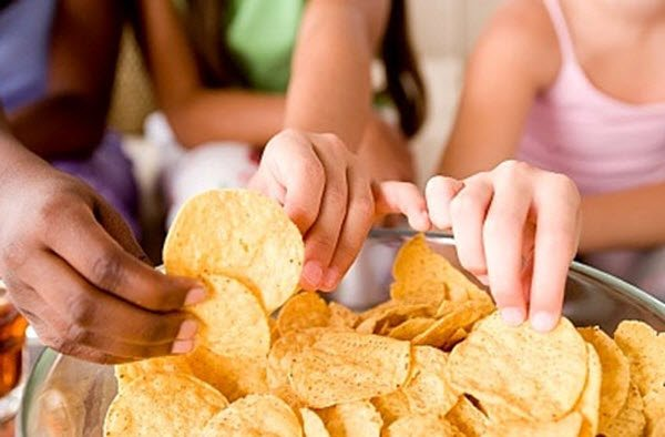 Tác hại của bim bim cha mẹ đừng nên cho trẻ ăn quá nhiều - Làm cha mẹ