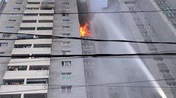 Cháy chung cư ở Hà Đông, kính vỡ rơi từ tầng 18 xuống đường