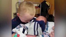 Phản ứng cực đáng yêu của cậu bé khi gặp em trai mới sinh
