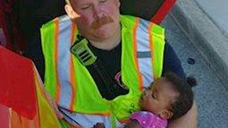 Lính cứu hỏa Mỹ dỗ em bé 4 tháng tuổi ngủ tại hiện trường tai nạn