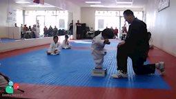 Chết cười với màn luyện võ siêu đáng yêu của nhóc tỳ Nhật Bản