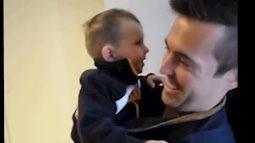 Clip vẻ mặt đáng yêu của bé khi lần đầu nhìn thấy anh em sinh đôi của bố