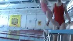 Clip em bé 21 tháng tuổi bơi cực siêu dưới nước