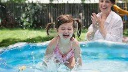 Mùa hè nóng nực, mẹ cho con vui chơi, vận động thế này chẳng bao giờ lo con bị ốm sốt