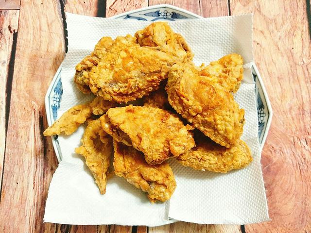 Đặt chảo cho nhiều dầu lên bếp đun cho dầu nóng sau đó bạn cho từng chiếc cánh gà vào chiên, lật trở cánh gà và chiên cho tới khi cánh gà chín vàng giòn thì vớt ra.