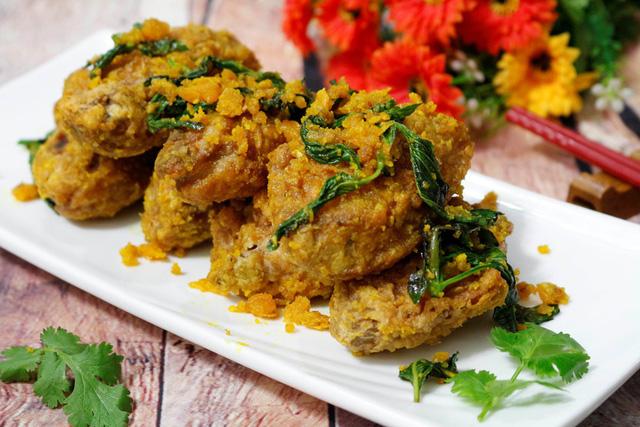 Cuối cùng bạn trút tất cả cánh gà đã chiên vào cùng, xóc thật đều cho cánh gà bám một lớp trứng muối bên ngoài là tắt bếp, cho cánh gà sốt trứng muối ra đĩa và thưởng thức.