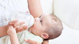 Các cách khắc phục việc bé bỏ bú sữa mẹ