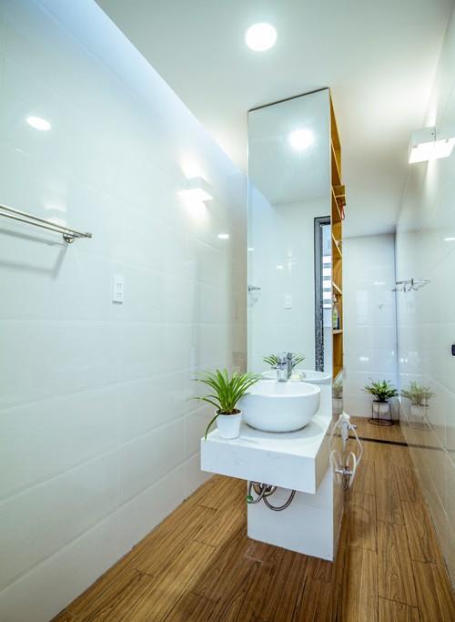 Ngôi nhà sử dụng các loại gỗ có tông màu gỗ nhẹ nhàng kết hợp với nội thất hiện đại đảm bảo tiện nghi mà vẫn gần gũi.
