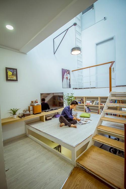 Không gian ấm cúng nhất của ngôi nhà là tầng lửng. Đó là nơi cả gia đình tụ tập, thư giãn theo ý thích như ngủ trên sàn, đọc sách, xem phim. Đây cũng là khu vực thông tầng với ánh sáng tự nhiên chiếu xuyên qua lớp mái kính.