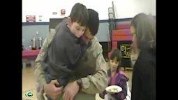 Xúc động clip cậu bé tê liệt bước đi khi thấy cha từ chiến trường trở về