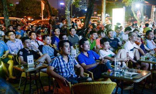 Khán giả tập trung xem bóng đá tại một quán cà phê tại Hà Nội. Ảnh: AFP.